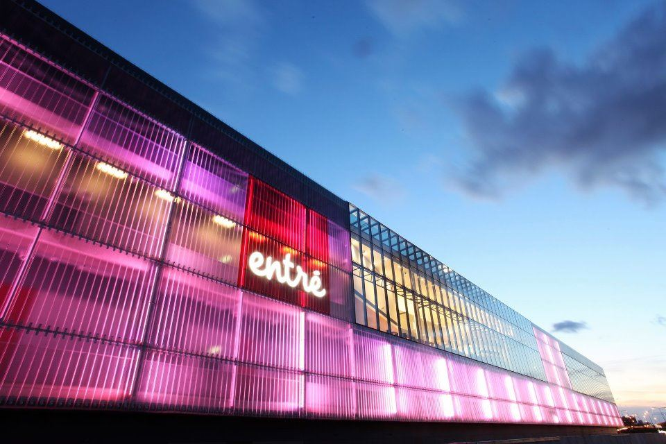 Entré shopping center, 70 shops in a modern indoor mall with cinemas, restaurants, grocery, gym and bowling.