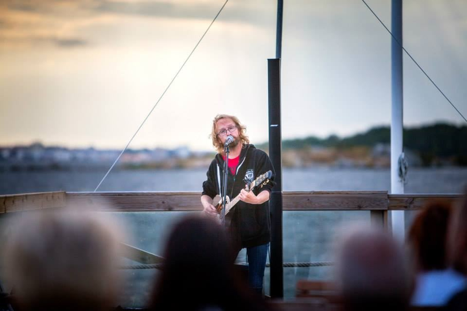 Live music with Jocke Müllo at the shore on Freddies Lounge