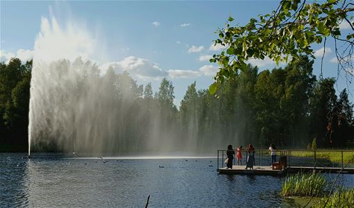 Lake Tjärnasjön, a jetty and a fountain in the lake.