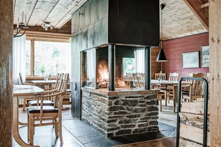 The restaurant with open fireplace in the middle.