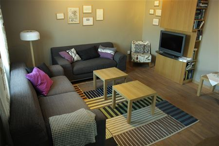 Welcoming common area,with sofa, armchairs and tv.