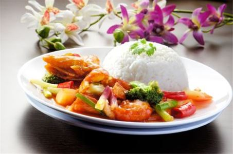 Plate with a prawn- and vegetabledish served with rice.