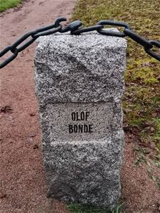 A stone with the name Olof Bonde written on it.