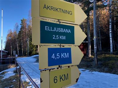 Signs showing the length of each skiing trail and in wihich direction the tracks are to be found.