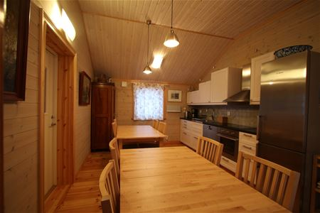 Kitchen with diniing places in wooden furniture.