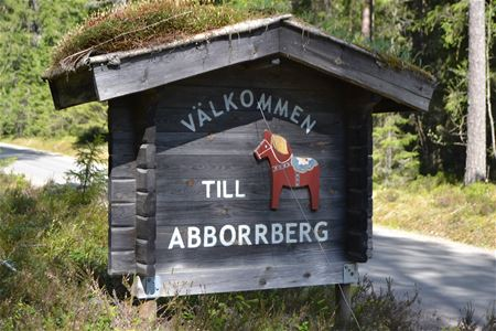 Wooden sign welcoming vistiors to the village of Abborrberg.